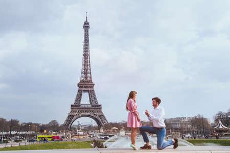 romantisch voorstel in Parijs, engagement Stockfoto