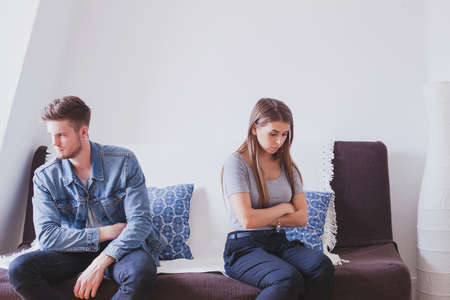 overtreding, jong gezin in conflict, man en vrouw boos op elkaar, probleem