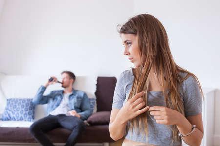 가족의 알코올 중독, 슬퍼 한 절망적 인 아내, 술 취한 남편 배경, 가정에서의 알코올 남용 스톡 콘텐츠