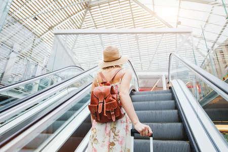 近代的な空港、荷物を持って旅行をする人の女性