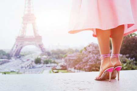 mooie mode vrouw op hoge hakken in de buurt van de Eiffeltoren in Parijs, Frankrijk Stockfoto