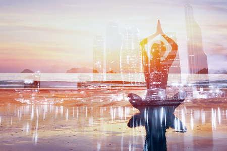 Yoga dubbele blootstelling achtergrond, gezonde levensstijl in grote moderne stad, zelfverbetering