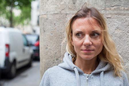 fears, scared woman on the street Standard-Bild