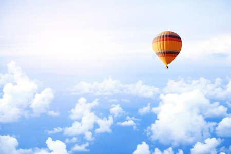 熱気球で空飛ぶ夢や旅行のコンセプト