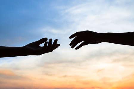 자비, 하늘 배경, 연결 또는 도움말 개념에 두 손 실루엣