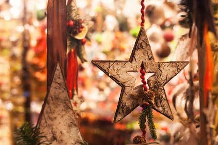 Decorazione stella di Natale in legno vicino nel mercato di strada Archivio Fotografico - 77348858