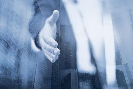 비즈니스 남자 거래 또는 도움, 악수, 이중 노출 제공