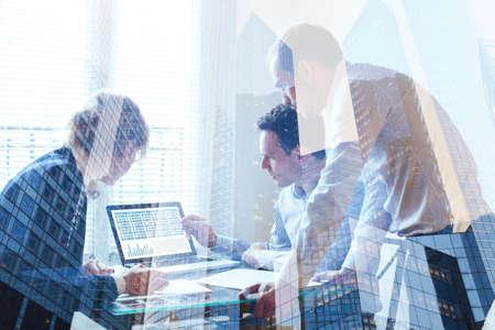 チームワークの概念は、ビジネス チーム協力、会議の二重露光 写真素材