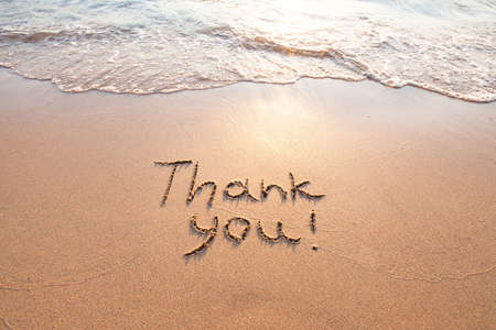 감사, 감사의 개념, 아름다운 카드, 모래 해변에 쓰여진 단어 감사합니다. 스톡 콘텐츠 - 77408825