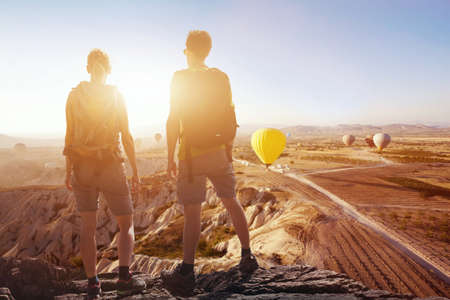 Antecedentes de viaje, pareja de viajeros que buscan en la espectacular vista panorámica hermosa de las montañas en Capadocia, deporte al aire libre y senderismo Foto de archivo - 77408883
