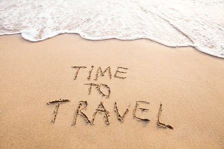 旅行に、ビーチの砂に描かれたコンセプト本文時間