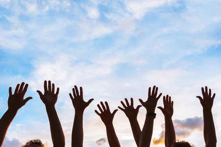 initiative communautaire ou concept de bénévolat, mains du groupe de personnes dans le ciel, silhouette