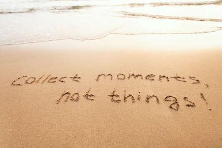 Coleccione momentos, no cosas - concepto de felicidad, cita inspiradora de estilo de vida feliz, disfrute de la vida, texto sobre arena Foto de archivo - 77408980