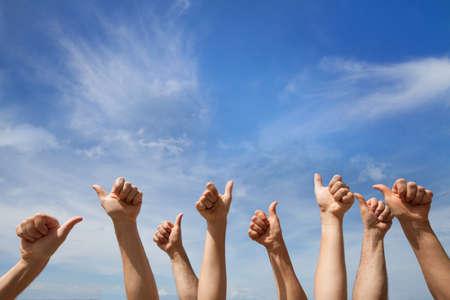 Wie das Konzept viele Hände, die sich Daumen oder okayzeichen auf Hintergrund des blauen Himmels zeigen