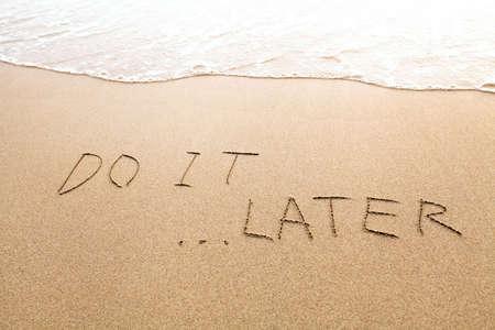 지연 또는 게으름 개념, 나중에 할, 해변에서 텍스트 서명