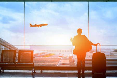 Gelukkige reiziger wachten op de vlucht in het vliegveld, vertrek terminal, immigratie concept Stockfoto - 77409545