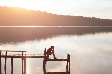 Rinunciare, triste uomo disperato seduto da solo, problemi e solitudine, concetto di fallimento Archivio Fotografico - 77409572