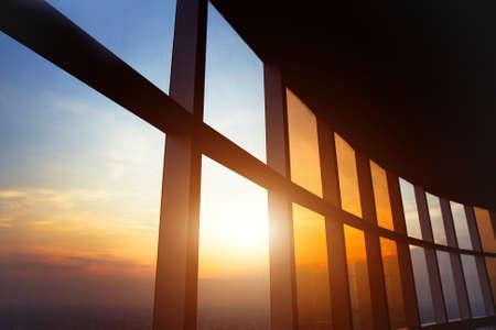 panoramisch venster in het kantoor, abstracte zakelijke interieur achtergrond Stockfoto