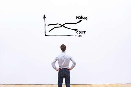 Diminuer les coûts et augmenter la valeur concept d'entreprise, homme d'affaires analyse du graphique Banque d'images - 77493539
