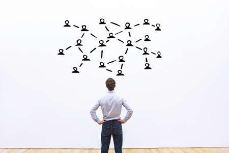 소셜 네트워크 또는 통신 개념, 사람들간에 연결 스톡 콘텐츠