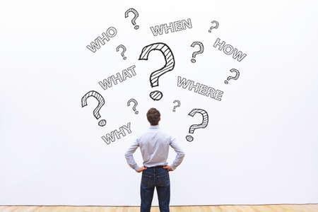많은 질문을 질문하는 사업가, 무엇을, 언제, 누가, 어떻게, 전문가의 비즈니스 조언 개념