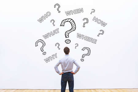 Homme d'affaires pose de nombreuses questions, quoi, où, quand, qui et comment, concept de conseil professionnel