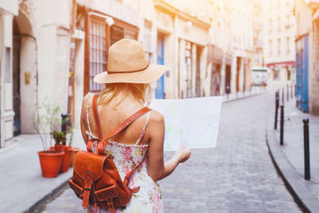 vrouw toeristische kijken naar de kaart op de straat van Europese stad, reizen naar Europa
