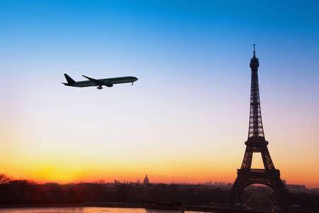 パリ行き、飛行機でフランスへ旅行