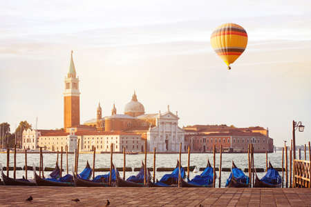 beautiful cityscape view of Venice at sunrise with hot air balloon, Italy 版權商用圖片