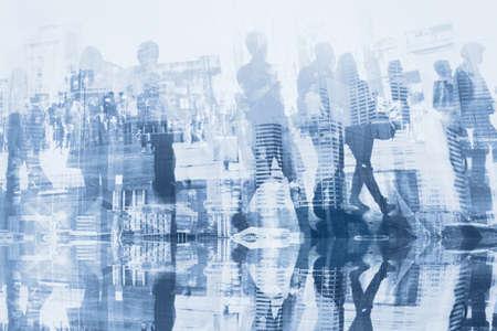 gente de negocios doble exposición con reflexión, siluetas abstractas de la multitud, fondo del concepto Foto de archivo