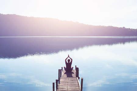 瞑想とヨガの背景