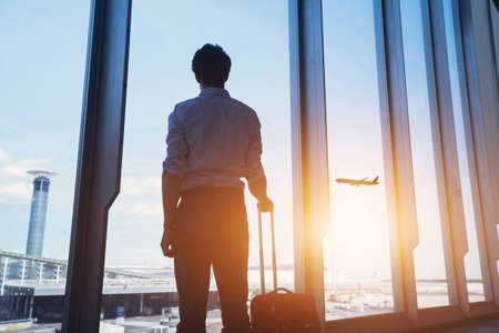 travel concept, business man silhouette in airport Stockfoto