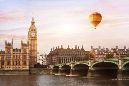 Heißluftballon in London, schöne Aussicht auf Big Ben Tower, Fluss und Brücke Standard-Bild - 82435868