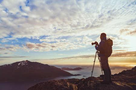 촬영하는 삼각대와 사진 작가 노르웨이에서 아름 다운 자연 풍경의 파노라마 일몰, 피오르에서 카메라와 함께 남자의 실루엣