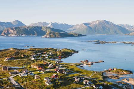Hermosa aldea de pescadores en Noruega, impresionante panorámica aérea paisaje Foto de archivo - 82504542