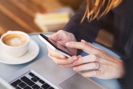 スマート フォン カフェで彼女のスマート フォンで電子メールをチェックする女性のモバイル アプリケーションを使って、手のクローズ アップ 写真素材 - 82482243
