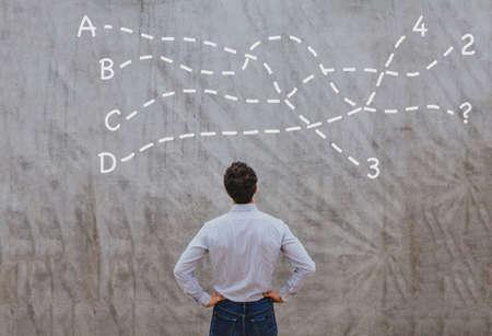 oplossing of conclusie concept, nadenkende zakenman denken over de beslissing