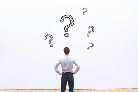 質問の概念、思考のビジネスマン 写真素材