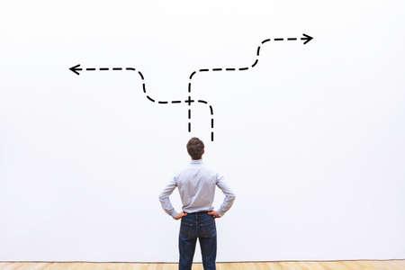 bedrijfsstrategie of besluitvormingsconcept, peinzende zakenman die richting kiest Stockfoto