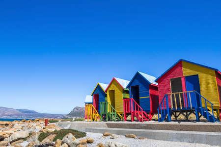 Case sulla spiaggia colorate a Città del Capo, in Sud Africa Archivio Fotografico - 82481728