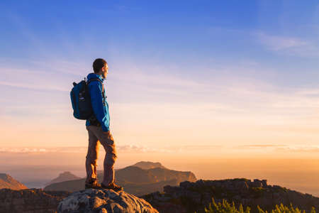 Wanderer auf dem Berg genießen Sonnenuntergang Panoramablick mit copyspace Standard-Bild - 82481725
