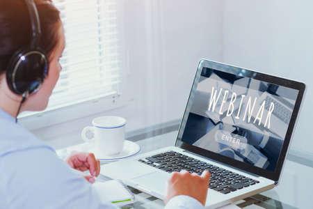 Mujer viendo seminarios web en línea en la computadora, concepto de educación empresarial, coaching