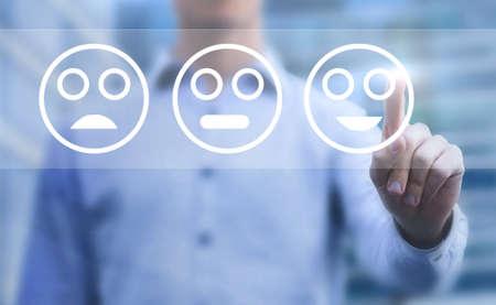 klanttevredenheidsconcept, touchscreen-enquête met smileys Stockfoto