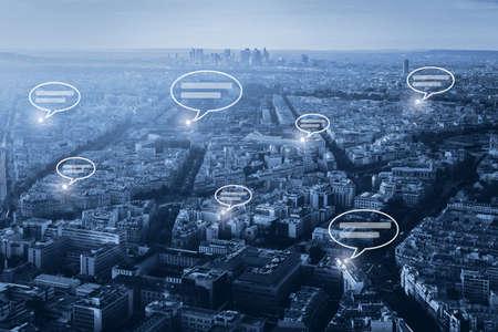 Concepto de comunicación en línea, red social con bocadillos sobre fondo azul del paisaje urbano