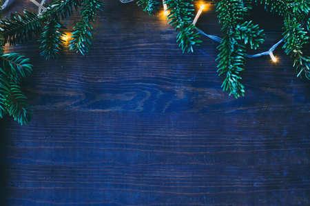 blauwe koude kerstachtergrond met gezellige gele lichten en copyspace Stockfoto
