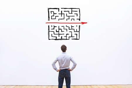 Problem- und Lösungskonzept, Geschäftsmann, der über den Ausgang aus dem komplexen Labyrinth nachdenkt