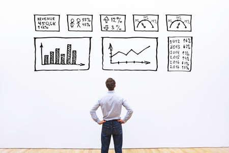 concetto di analisi aziendale, uomo d'affari che guarda il cruscotto con grafici e grafici