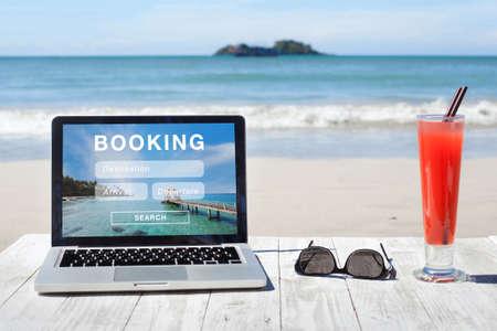 Reisebuchung, Hotel- und Flugreservierung auf dem Computerbildschirm