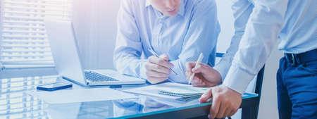 Geschäftsteam, das im Büro zusammenarbeitet, Teamwork-Hintergrundfahne Standard-Bild