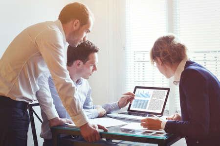 Gente de negocios trabajando juntos en un proyecto en la oficina, concepto de trabajo en equipo